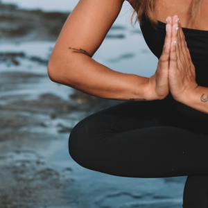 5 yoga exercises to stretch your glutes_land on your mat_thebodyconditioner